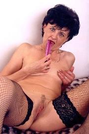 Reife Schlampen Fotze fickt sich im Porno mit einem Vibrator